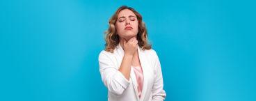 Mulher queixosa com mãos na garganta