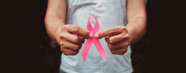 mulher com laço rosa, símbolo universal do cancro da mama