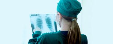 médica a analisar exame aos pulmões