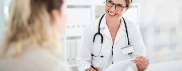 médica a sorrir para paciente