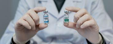 doutor a apresentar dois frascos de vacina
