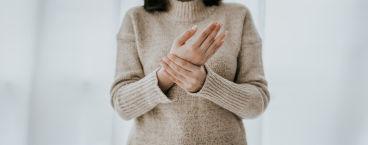 mulher com dores nas mãos