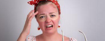jovem rapariga com marca vermelha no peito