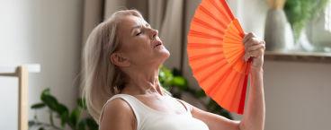 mulher na menopausa com afrontamentos