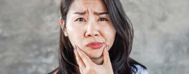 mulher com o lado direito do rosto paralisado