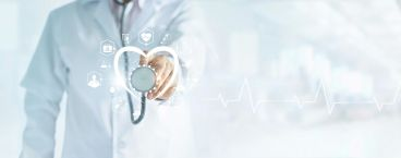 médico a segurar um estetoscópio