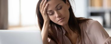 mulher jovem cansada em frente ao computador