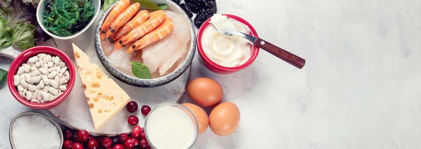 alimentos numa mesa: camarão, iogurtes