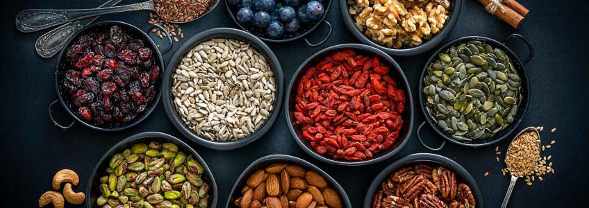 sementes e frutos secos em tigelas