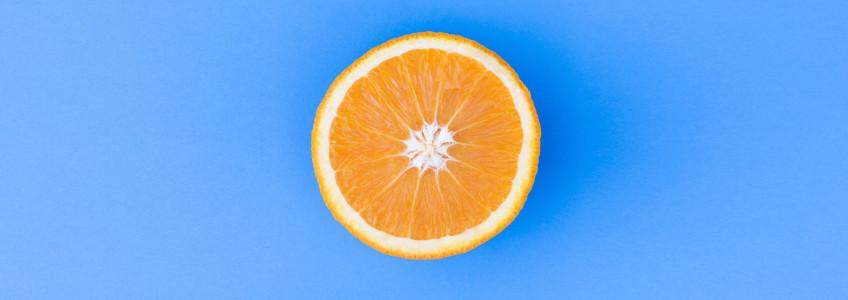 metade de uma laranja cortada