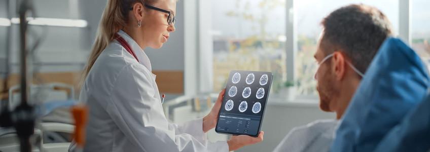 médica mostra exame ao cérebro ao paciente