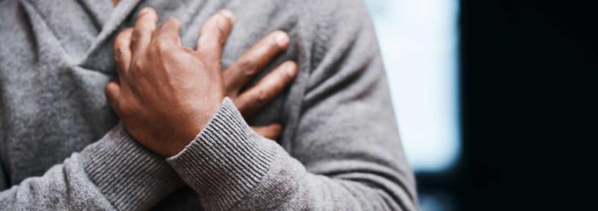 homem com mão no peito