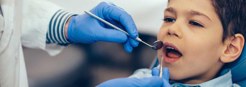 menino em consulta no dentista