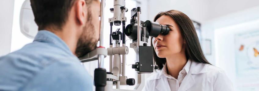 mulher no oftalmologista