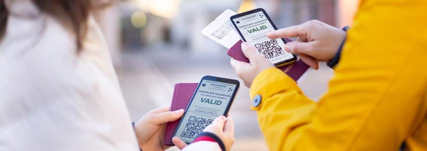 duas pessoas a fazerem download do certificado digital no telemóvel
