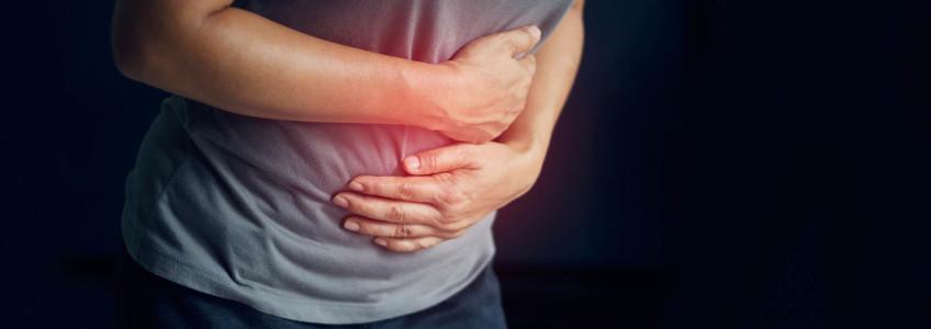 mulher com dores abdominais