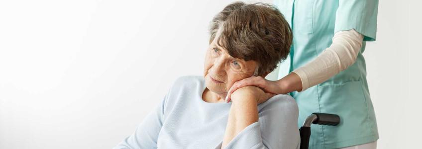 mulher mais velha apoiada na mão de enfermeira