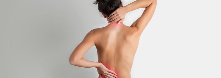 mulher com as mãos nas costas