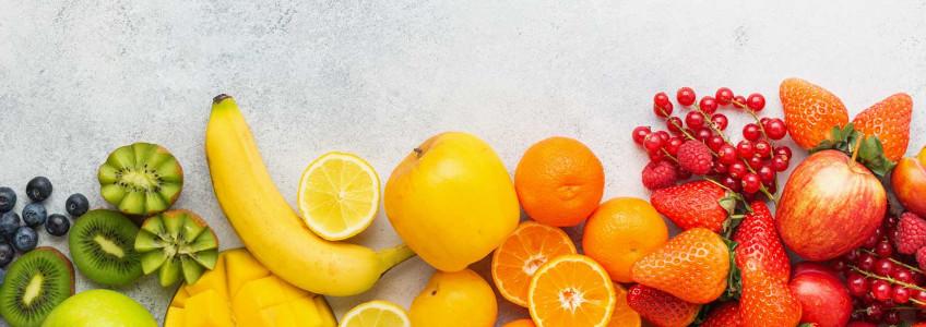 kiwis, bananas, mangas, tangerinas, morangos e mirtilos