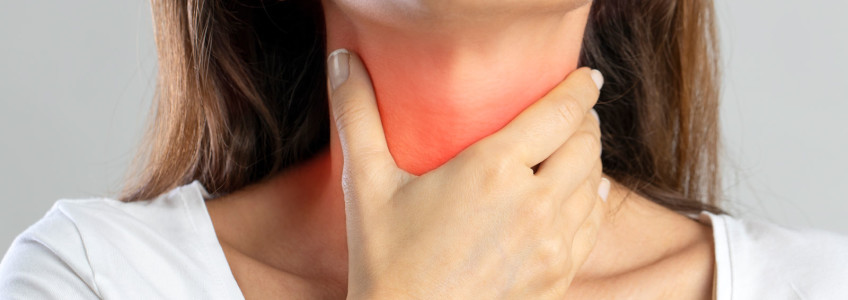mulher com dor na garganta