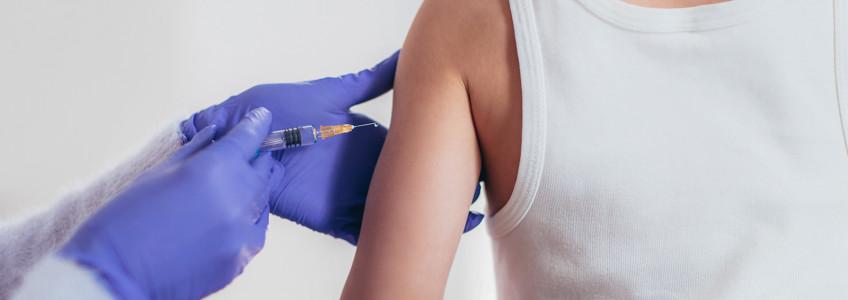 Mulher a tomar vacina