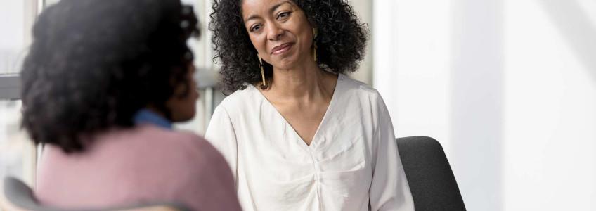 mulher em consulta com ar preocupado
