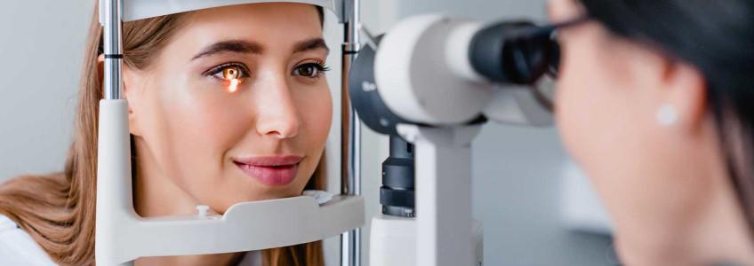 mulher a fazer exame oftalmológico