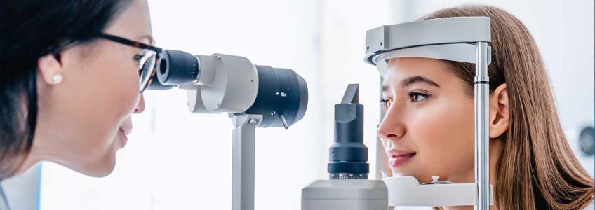 mulher a ser analisada no oftalmologista