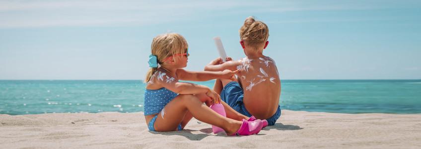 crianças a apanhar sol protegidas